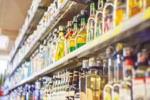 7 na 10 opakowań wódek smakowych sprzedawanych w sklepach małoformatowych to małpki