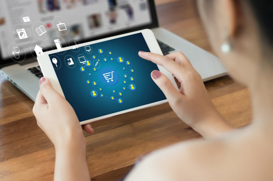 Połowa Polaków kupuje w internecie za pomocą laptopa, co trzeci poprzez smartfon
