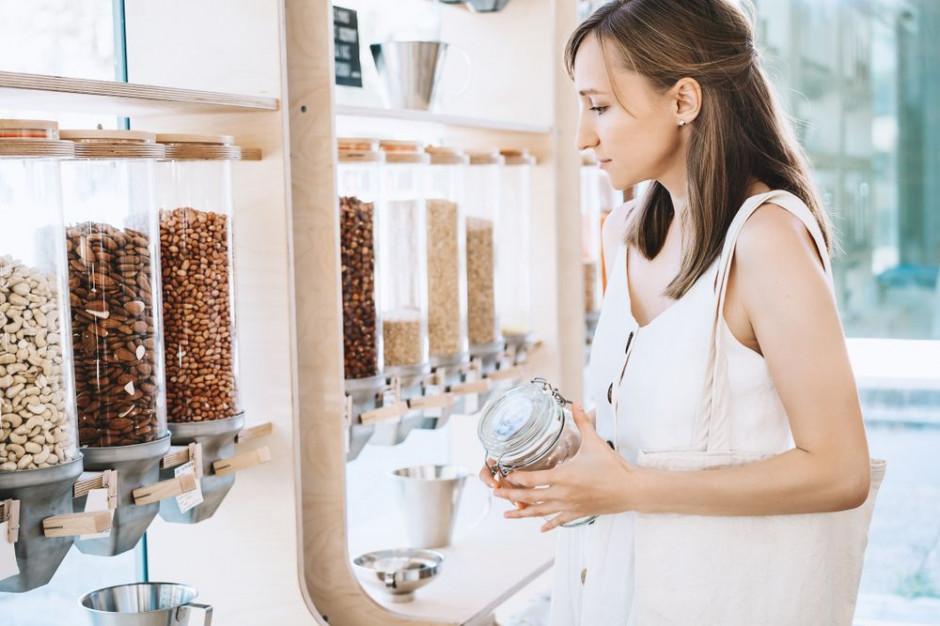Młodzi Polacy najrzadziej używają własnych opakowań na produkty na wagę