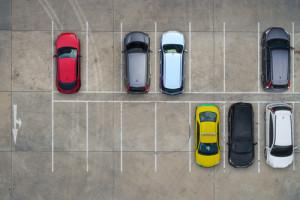 Konsumenci płacą za parking pod sklepem. Czy jest to zgodne z prawem? Tak, ale...