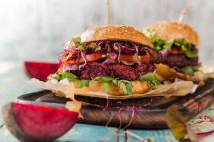 Jay-Z i Lewis Hamilton inwestują w producentów roślinnych burgerów