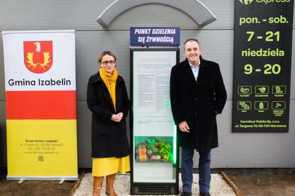 Przed supermarketem Carrefour w Izabelinie stanęła lodówka foodsharingowa