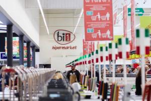 Operator hipermarketów bi1 z 17,7 mln zł straty w Polsce, Schiever notuje dochód