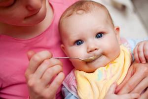 Badanie: Rodzice dzieci do drugiego roku życia częściej sięgają po żywność...