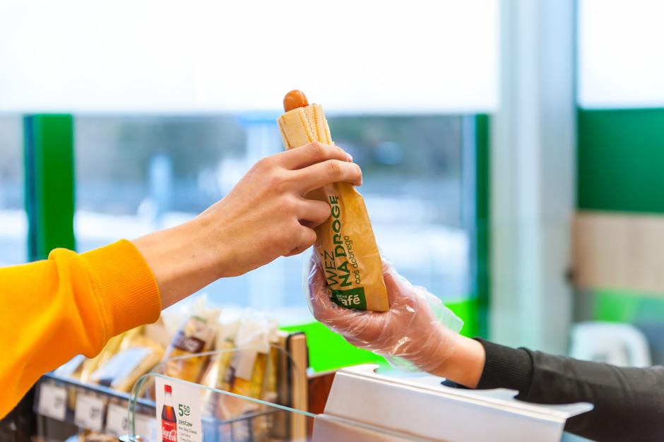 Żabka wprowadza bezmięsne hot dogi na bazie grochu i oleju rzepakowego