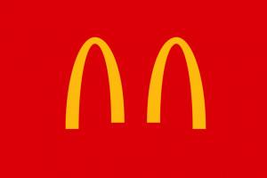 McDonald's przypomina o koronawirusie rozdzielając firmowe łuki