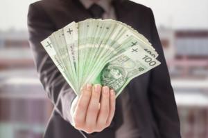 Obniżka wynagrodzeń strategią połowy firm na pandemię, co czwartej - zwolnienia