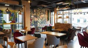 Mniej gości, oddalone stoliki, kelnerzy w maseczkach - nowa rzeczywistość gastronomii