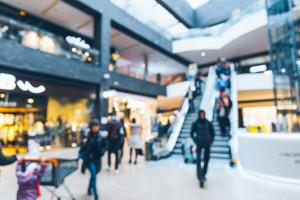 Rośnie ruch w galeriach handlowych, ale klientów wciąż o połowę mniej niż przed...