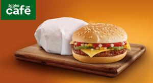 Nie tylko hot-dogi. Żabka poszerza ofertę przekąsek o cheesburgery