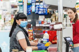 Czy zawód kasjera będzie bardziej szanowany? Pandemia zmieniła postrzeganie...