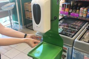 Żabka wprowadziła w sklepach stacje dezynfekujące