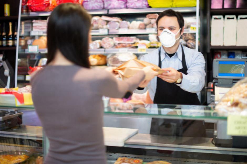 RPO: Przepisy zobowiązujące do noszenia maseczek w sklepach nadal są wadliwe