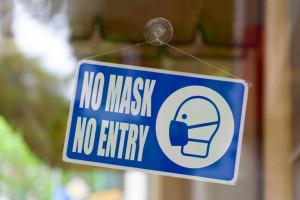 Policja o karaniu osób bez maseczek w sklepie: To decyzja policjanta