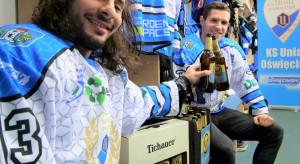 Hokeiści Unii Oświęcim promują piwo bezalkoholowe Tichauer Fee
