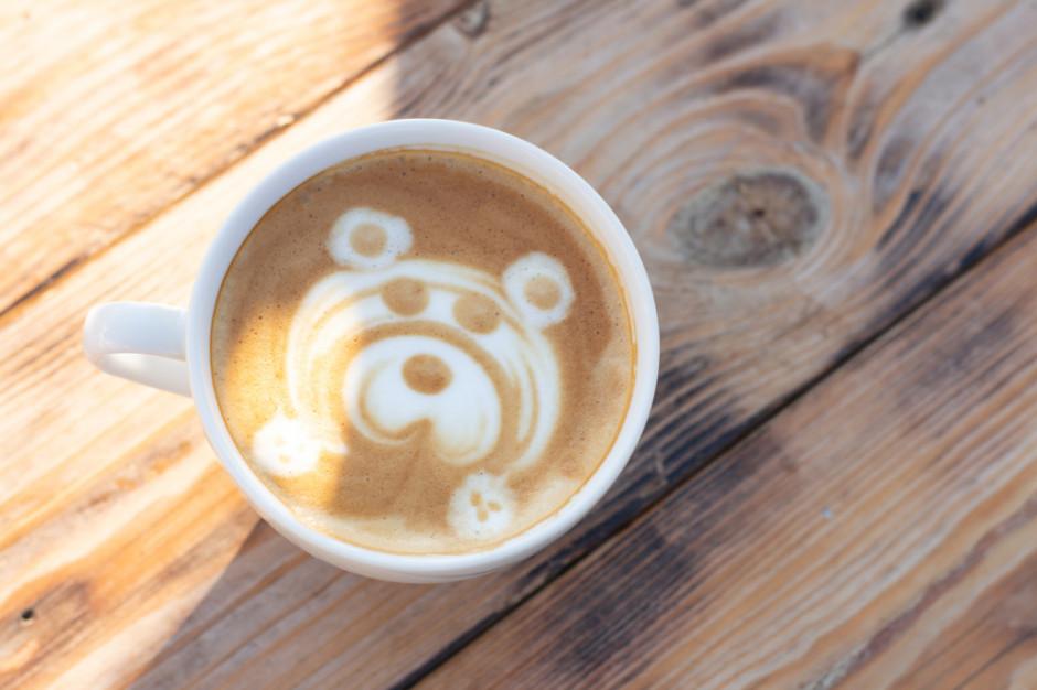 """Chiny: """"Łapa niedźwiedzia"""" serwuje kawę przez otwór w ścianie"""