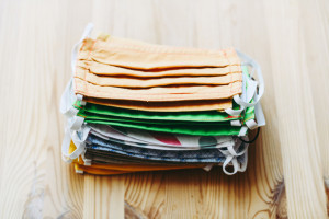 Badanie: 40 proc. Polaków nadal będzie używało zwykłych materiałowych maseczek