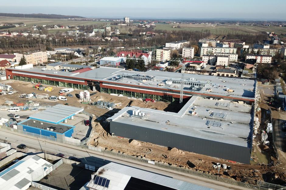 Budowa centrum handlowego w Jędrzejowie na finiszu, wśród najemców Lidl