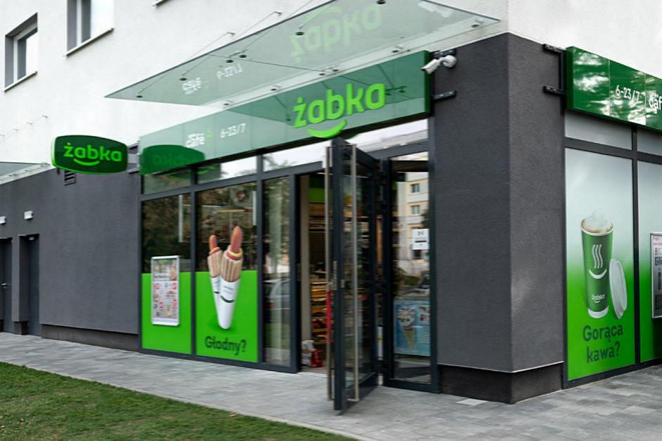 Żabka na godzinę wygasi zewnętrzne elewacje sklepów