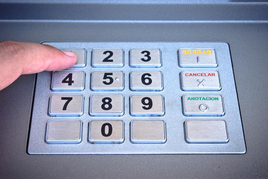 Skradziono bankomat z marketu. Przy sklepie znaleziono koparkę