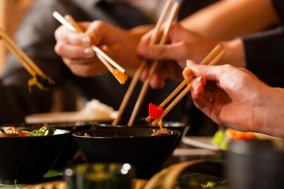 Restauracja inwigiluje pracowników i gości, a dane przesyła do Chin