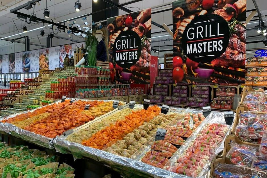 Specjalne oznaczenia promują ofertę grillową sieci Carrefour