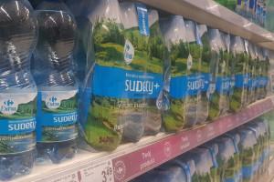 Butelki marki własnej Carrefour z mniejszą ilością plastiku
