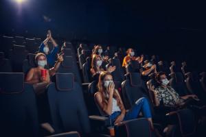 Obostrzenia: Rząd przyspiesza otwieranie kin i siłowni