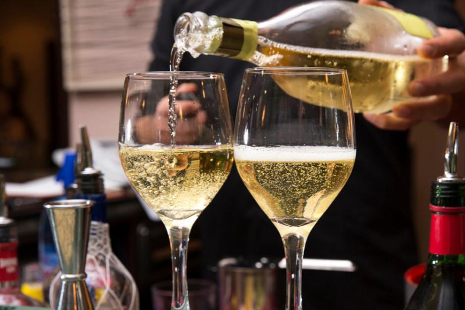 """Polacy kupują wina w dyskontach. Jedna z sieci zatrudnia kilku """"master of wine"""""""