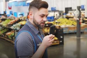 Walmart wyposaży pracowników w smarftony ze specjalną aplikacją