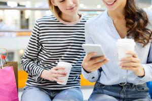 Kto będzie częściej kupować w centrach handlowych, a kto online?