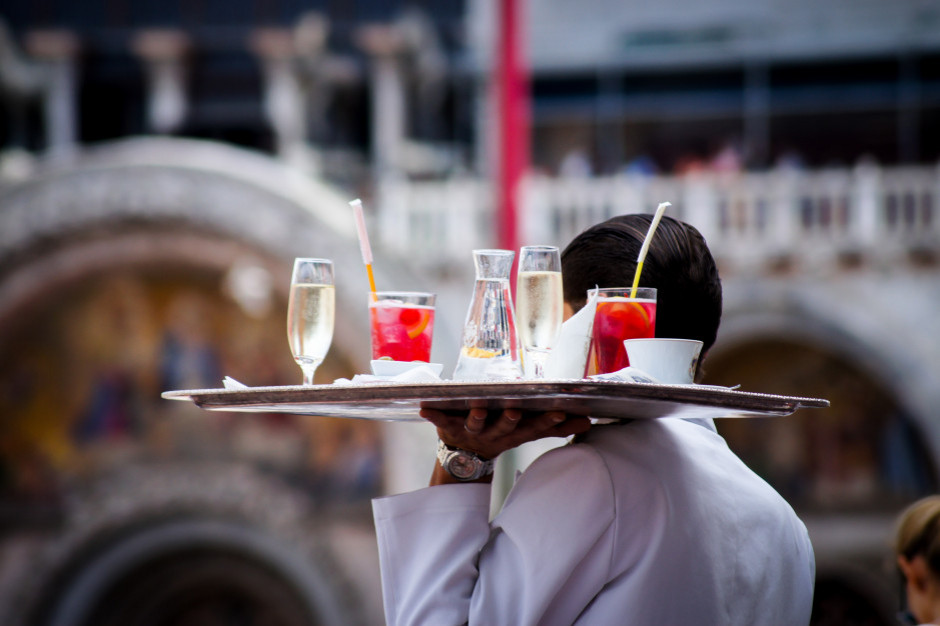 Paragony w restauracjach coraz wyższe. Lokale walczą o pracowników