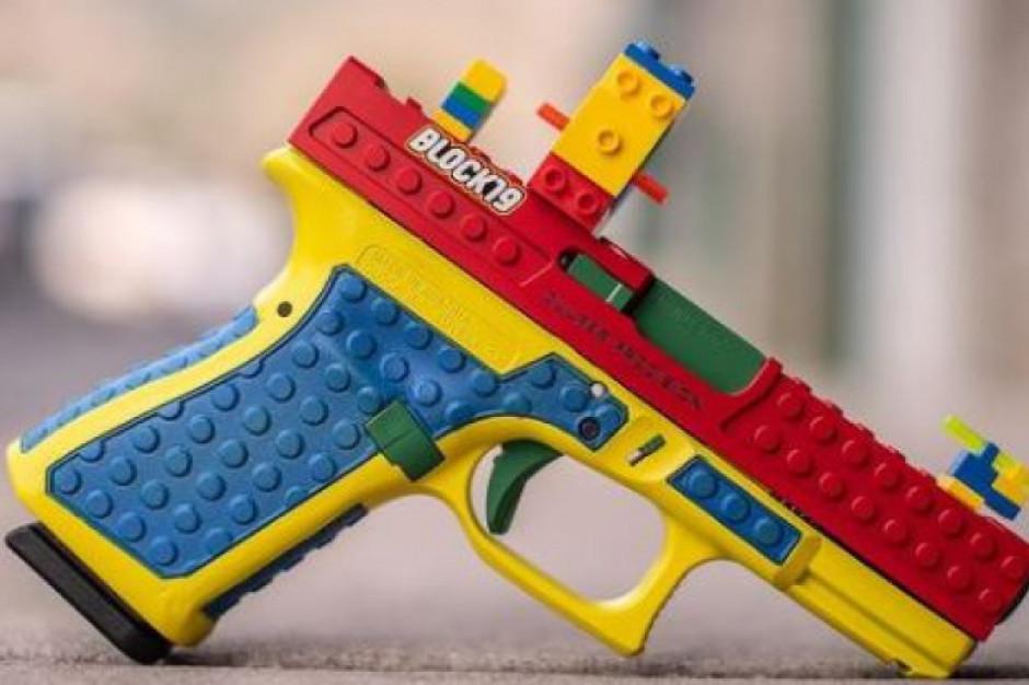 Prawdziwy pistolet imituje zabawkę z klocków. Lego protestuje