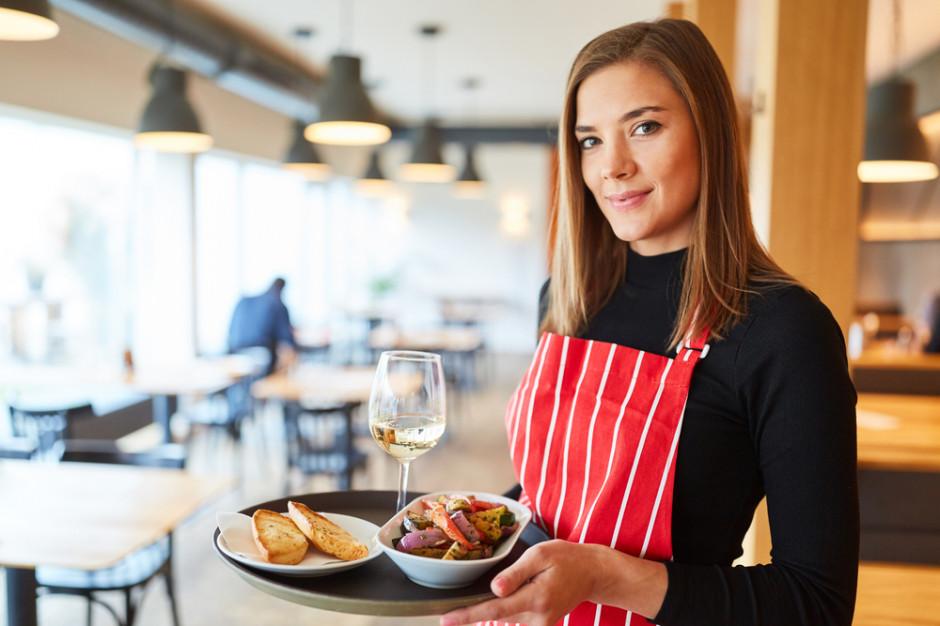 """Wyższe stawki i premie za """"transfer"""" - restauracje i hotele podkradają sobie pracowników"""