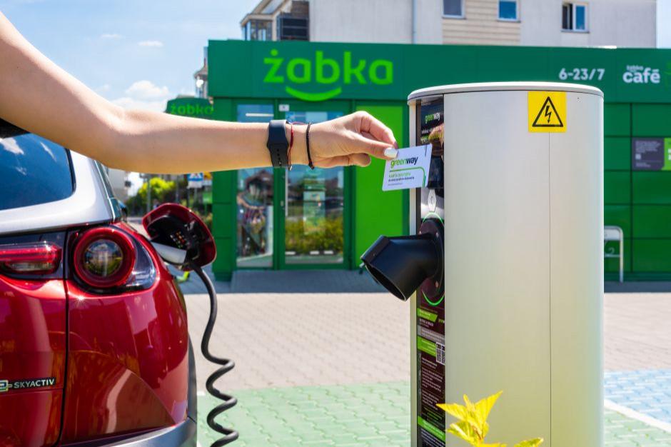 Ekologiczny sklep Żabki otwiera stację ładowania zieloną energią