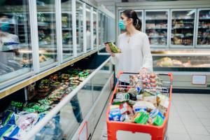 Ponad 40% Polaków wciąż oszczędza na zakupach w sklepach