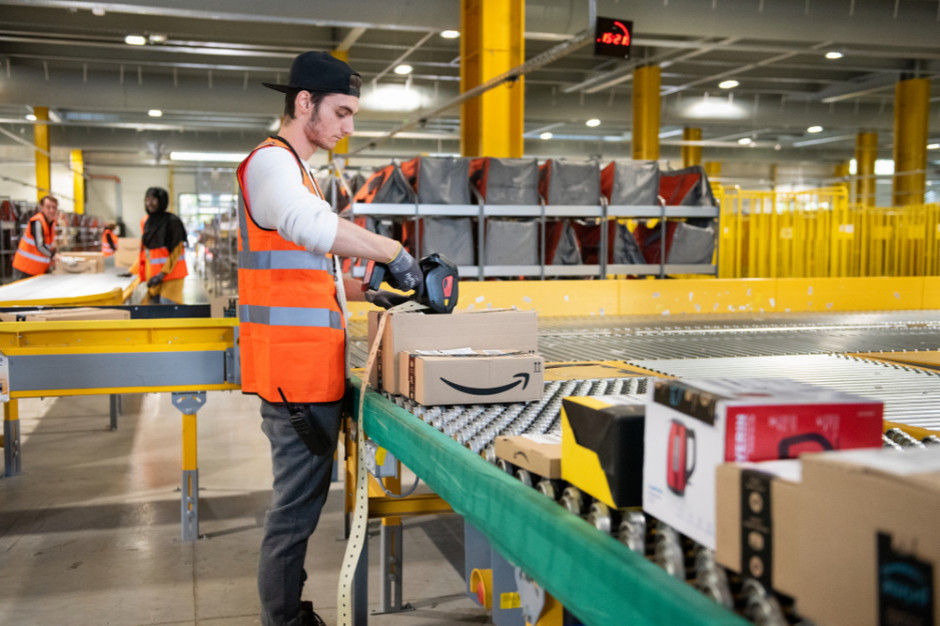 Amazon oferuje premie punktualnym pracownikom