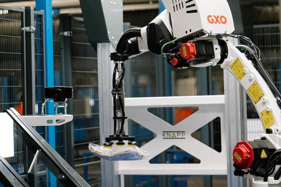 Mechaniczne ramię robota pomaga w obsłudze logistycznej e-commerce