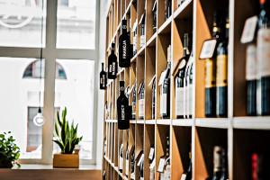 Polacy przerzucili się na droższe wina