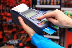Mucha: konsument będzie decydować, czy rozlicza się kartą, czy gotówką