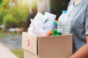Mimo nowych regulacji i powszechnego obowiązku sortowania śmieci, niemal dwie trzecie odpadów wciąż trafiają do frakcji zmieszanej, fot. Shutterstock