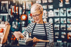 W 2021 roku najczęściej poszukiwaną grupą pracowniczą, według średnich grup zawodów, byli sprzedawcy/pracownicy sklepów; fot. materiały SW Research i OLX