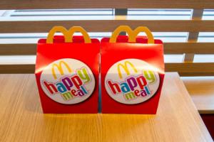 Zabawki McDonald's będą produkowane tylko z materiałów odnawialnych, pochodzących z recyklingu lub certyfikowanych; fot. shutterstock