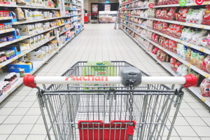 Przez cały miesiąc we wszystkich sklepach Auchan w całej Polsce odbędą się zbiórki żywności, fot. Shutterstock