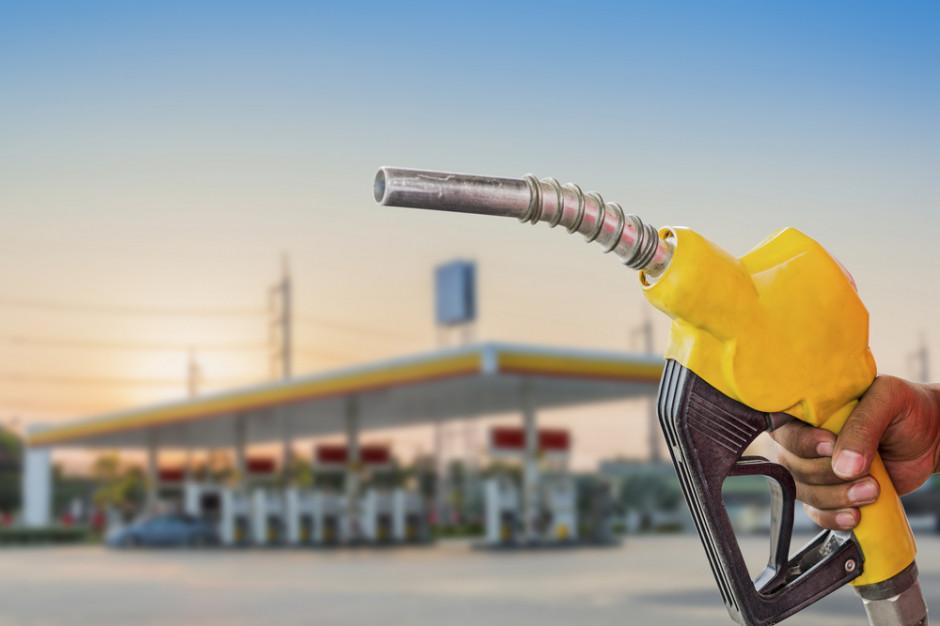 W. Brytania: Braki na stacjach benzynowych, żołnierze będą rozwozić paliwo