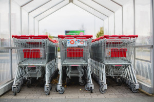 Senackie komisje: Prawo do handlu w niedziele przy niższym limicie usług pocztowych
