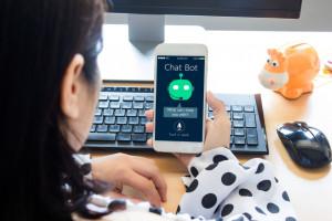 Chatboty umożliwiają ludziom interakcję z maszynami dzięki technologii przetwarzania języka naturalnego, fot. Shutterstock