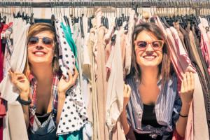Coraz częściej jednak zakupy odziezy używanej odbywają się w sieci, fot. Shutterstock