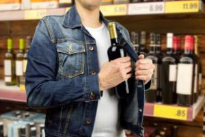 Za pomocą złodziejskiej kurtki ukradł kilkanaście butelek alkoholu i odplamiacz