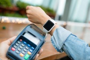 Banki i firmy dostarczające rozwiązania płatnicze, np. wprowadzając możliwość płatności urządzeniami ubieralnymi, fot. Shutterstock